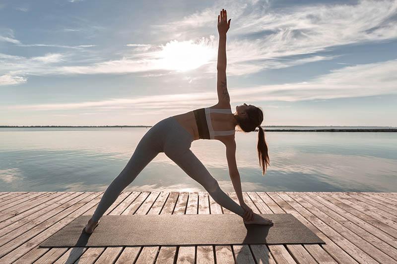 Bien choisir un tapis de yoga de voyage avec Yogimag