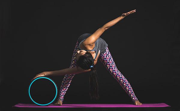 Élasticité du corps grâce à la roue de yoga, yoga wheel - yogimag