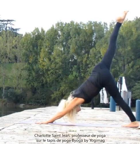 Tapis de yoga - démonstration sur un modèle Yogimag